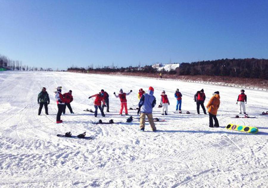 龙井市举办首届青少年滑雪趣味赛 01